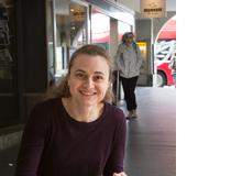 Johanna Oeschger ist Literatur- und Sprachwissenschaftlerin. Sie unterrichtet Deutsch und Englisch auf der Sekundarstufe II und arbeitet als Mediendidaktikerin bei LerNetz.