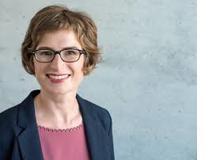 Dr. Maike Debus lehrt und forscht als Psychologin im Bereich Arbeits- und Organisations-psychologie an der Universität Zürich.