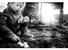 Die Bilder in diesem Heft stammen von Niki Boon. Die Fotografin lebt mit ihrer Familie abgelegen auf dem Land in Neuseeland. Niki Boon dokumentiert mit ihrer Serie «Childhood in the Raw» das unkonventionelle Leben ihrer vier Kinder, die zu Hause unterrichtet werden und ohne elektronische Geräte wie TV und Co. aufwachsen.