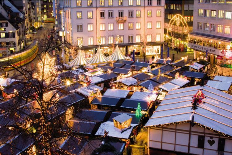 Basel zeigt sich weihnachtlich auf dem Barfüsserplatz.