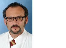 Prof. Dr. Pasquale Calabrese leitet die Arbeitsgruppe Neuropsychologie und Verhaltensneurologie der Universität Basel. Er forscht zu MS bei Kindern und Jugendlichen, berät aber auch betroffene Familien. Er ist zudem als Berater für die Schweizerische Multiple Sklerose Gesellschaft tätig.