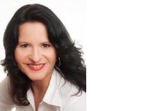 Anja Lang ist langjährige Medizinjournalistin. Sie ist Mutter von drei Kindern und lebt mit ihrer Familie in der Nähe von München. Das Thema Winkelfehlsichtigkeit ist ihr besonders wichtig, da auch ihre älteste Tochter davon betroffen ist.