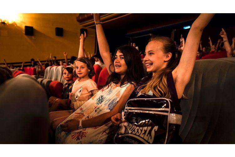 Kinder im Alter von 6 bis 12 Jahren können beim Filmklub Zauberlaterne jeden Monat einen neuen Film entdecken. Die Vorstellungen werden pädagogisch begleitet: Zehn Tage vor einer Vorstellung erhalten alle Mitglieder eine illustrierte Klubzeitschrift, mit der sich die kleinen Kinofans auf den Film vorbereiten können. Die Filmvorführungen finden ohne Eltern statt, die Kinder werden jedoch von Helfern betreut.Mit dem ElternPass besucht Ihr Kind gratis eine Vorstellung der Zauberlaterne. Hier gehts zum Angebot: qr.fritzundfraenzi.ch/zauberlaterne