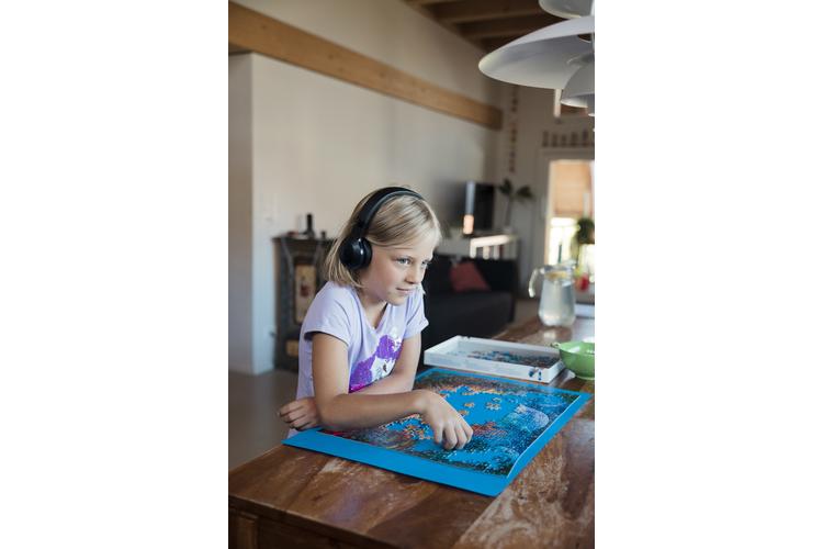 Hörspiele darf die 9-jährige Mia jederzeit hören – Filmchen und Spiele auf dem Tablet sind auf eine Stunde pro Tag beschränkt.