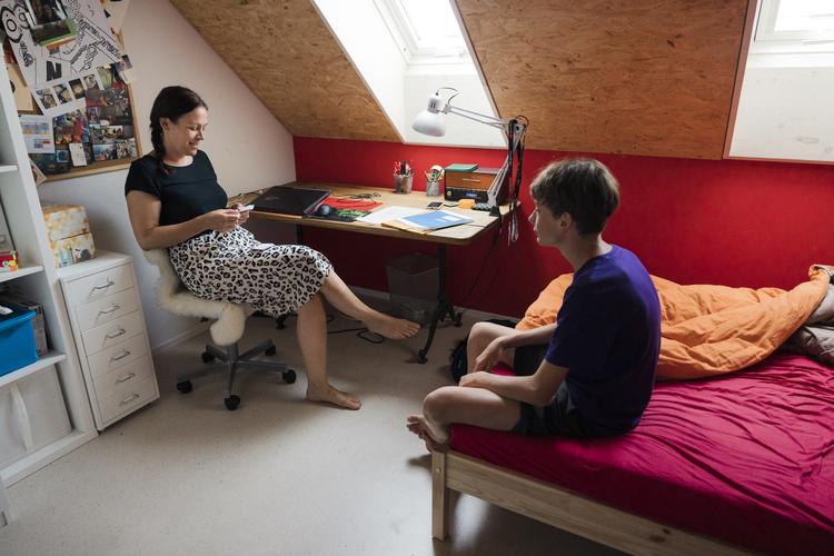Möchte auch mit ihren Teenager-Söhnen im Gespräch bleiben: Mutter Nina, 42, mit Sohn Noah, 13.